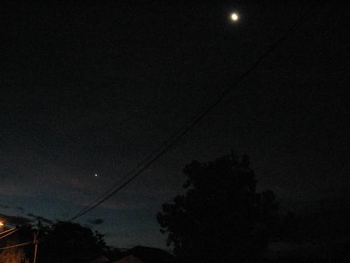Bulan dan Venus dari halaman rumah. Kredit : ivie