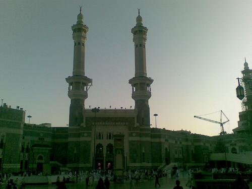 Keluar sahaja dari pintu Zam Zam shopping complex, terus ke pintu 1 King Abdul Aziz, Masjidilharam.