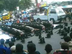 Mahasiswa Membuat Barikade untuk Menjaga Para Polisi Sholat Ashar