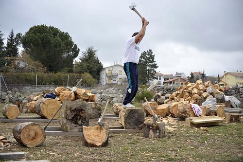 Preparándose para cortar en la Fiesta de los Gabarreros. Foto Pedro Merino