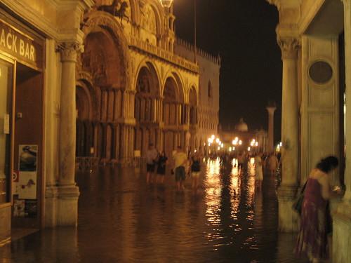 午夜漲潮時的聖馬可廣場,淹水