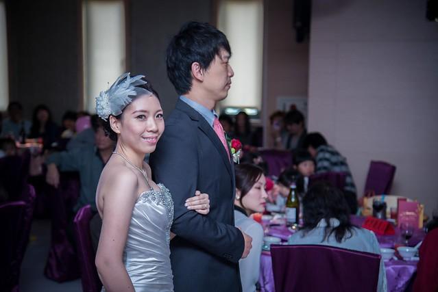 新娘子偷偷看鏡頭偷笑