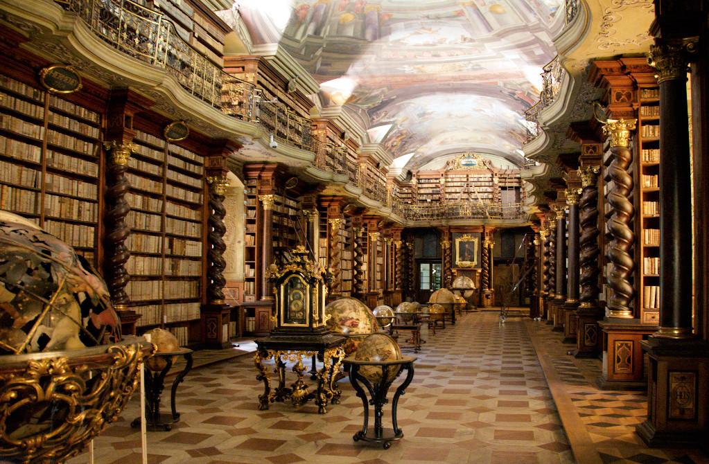 Vieille bibliothèque dans le Clementinum