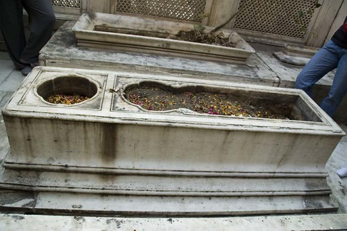 Jahanara's Grave, The hollow receptacle on the grave