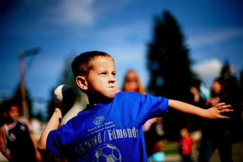 Fotografia de un niño jugando con una pelota
