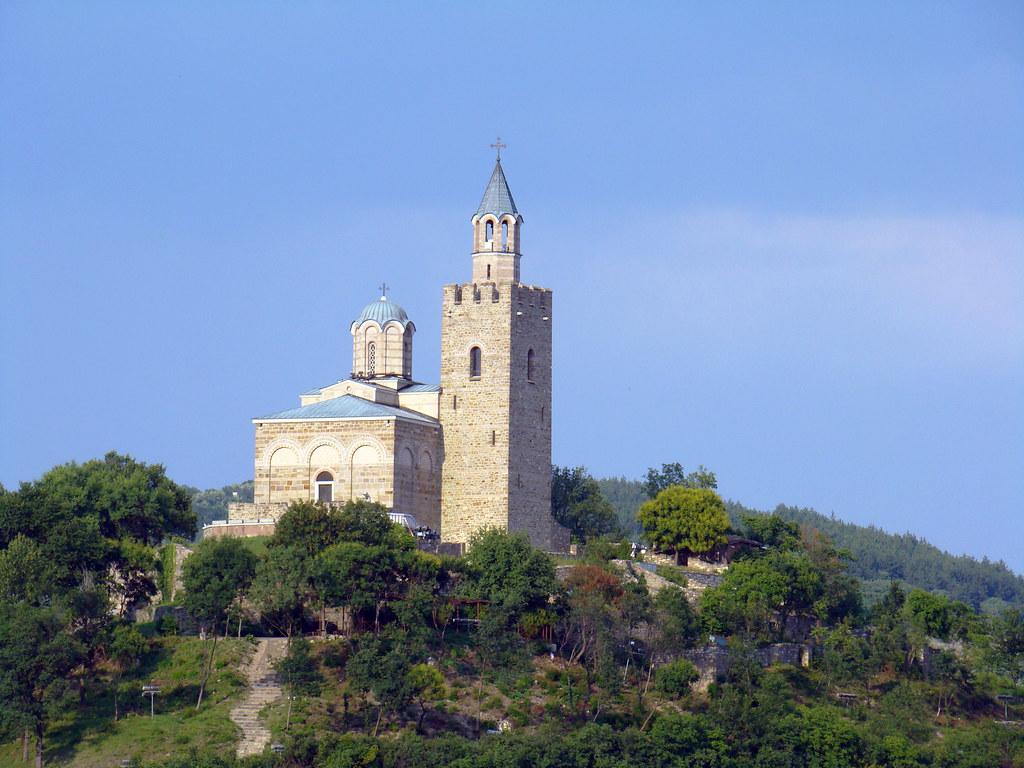 Fortaleza de Tsarevets exterior iglesia Patriarcal Veliko Tarnovo Bulgaria 02