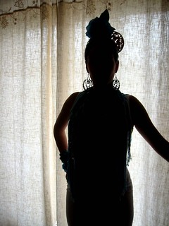 Silueta de mujer vestida de flamenca