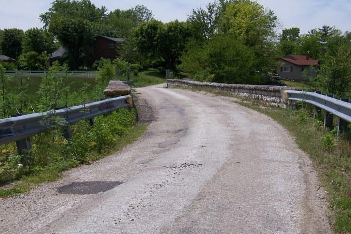 Stone bridge, one-lane alignment