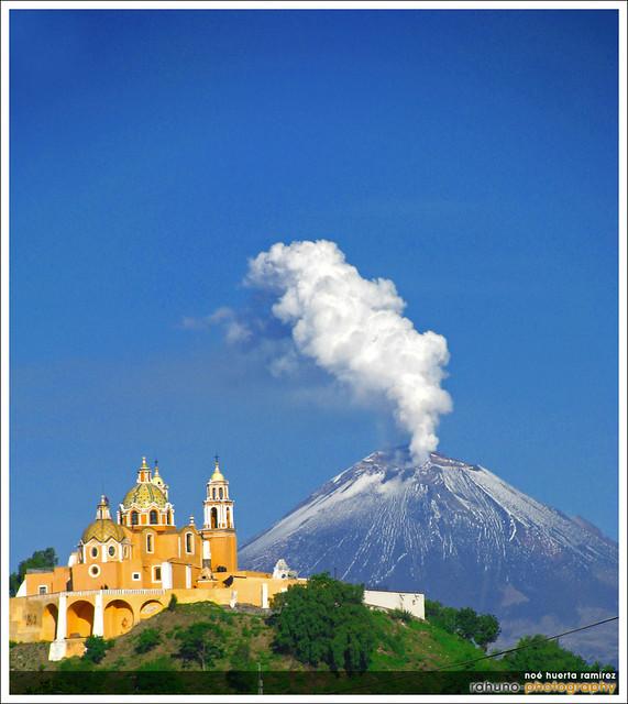 Cerrito de Cholula y Popocatepetl, Puebla. por Rahuno