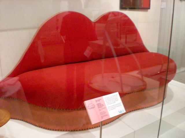Canapé rouge reprenant la forme des lèvres de Mae West. Designer : Salvador Dali