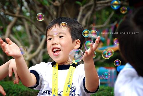 Fotografia de un niño jugando