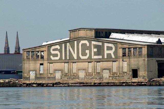 140万平方フィートのシンガー社ミシン工場は、1982年に閉鎖するまでエリザベス最大の工場でした