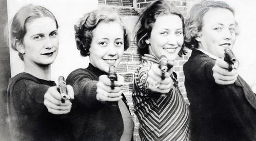Schietsport, vrouwen met pistool / Sports, shooting. Women with pistols by Nationaal Archief