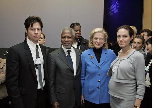 El secretario general de la Kofi Annan con Angelina Jolie y Brad Pitt en Davos