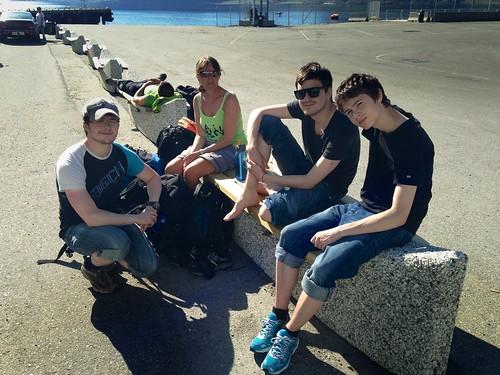 Guttene settes i land i Honningsvåg