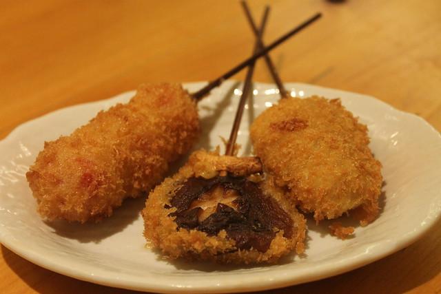 Kushikatsu de shiitake, tomate y patata dulce