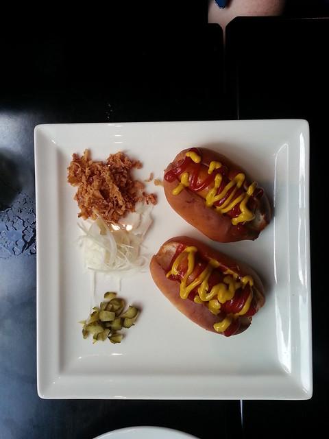 Le Fantome Bar Paris hot dogs
