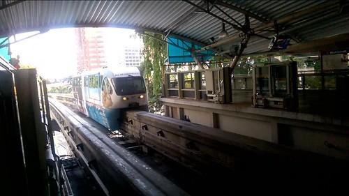 Monorail entrando a la estación en Kuala Lumpur