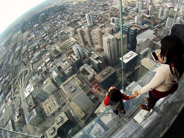 Madre con su hijo en el Skydeck de la Willis Tower de Chicago