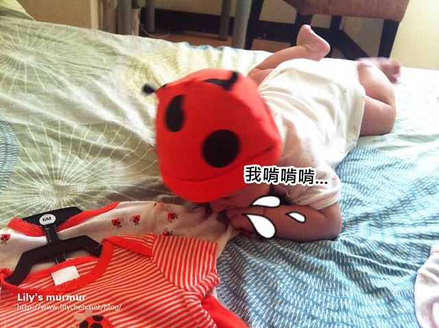 給小妮戴上瓢蟲帽,結果居然開始吃起她的新衣來...