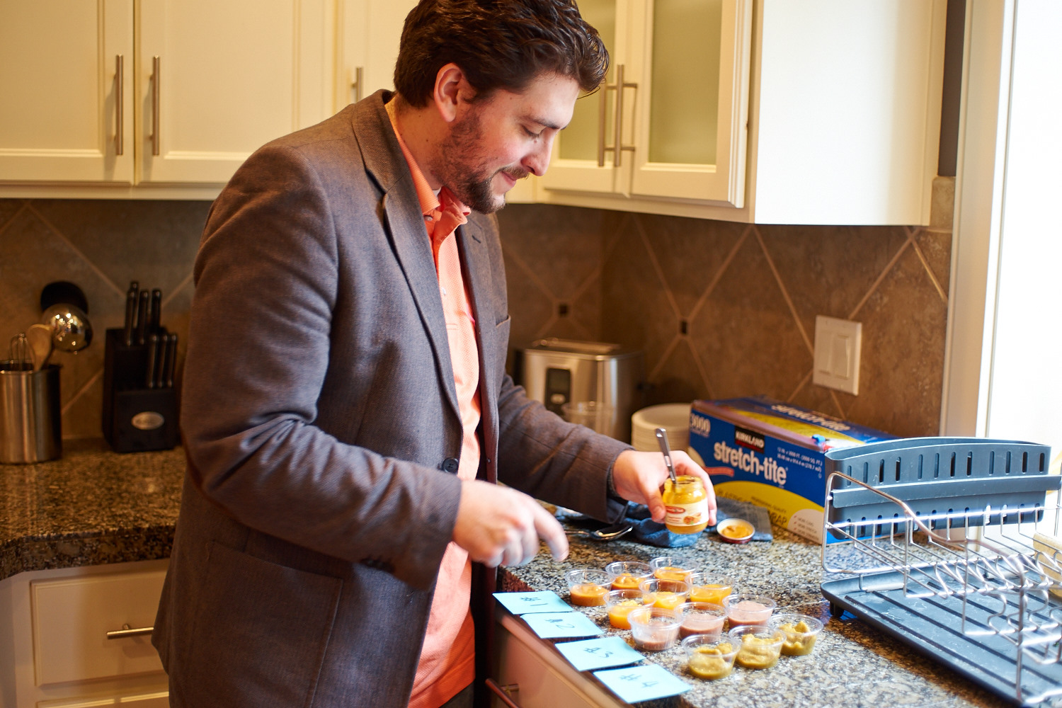 As the event progressed, the father to be is preparing the baby food taste contest.. I was joking that he would have a lot of experiences later since he is going to feeding baby while feeding himself at same time.