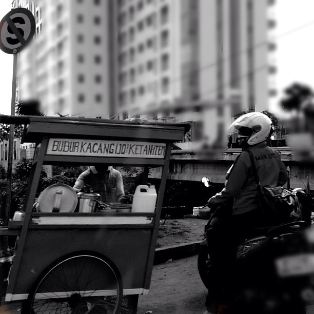 Rebellious breakfast #igers #igdaily #instamood #iphonesia #instastreet #instagrammers #indonesianfood #instaindonesia #instanusantara #instanusantarapalingindonesia #jakarta #indonesia #breakfast #bubur #kacangijo #streetfood #stopsign #motorcycle #morni