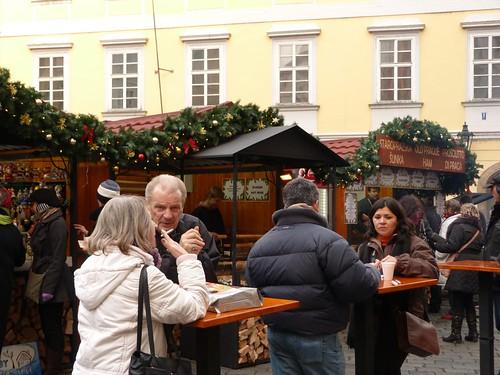 Escena en un mercadillo de Navidad de Praga