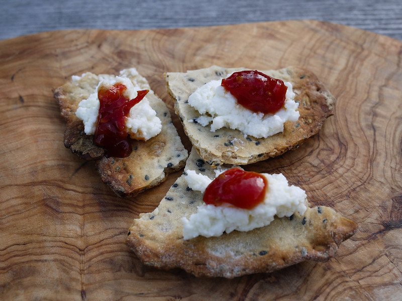 Knäckebröd with ricotta and tomato jam