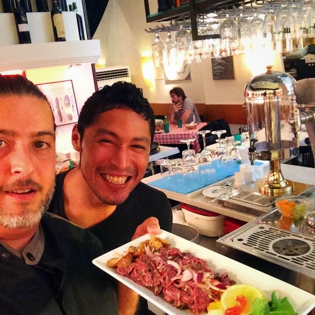 Javier Bardén de comensal. Choco y Chefkoketo. Ceviche de carne