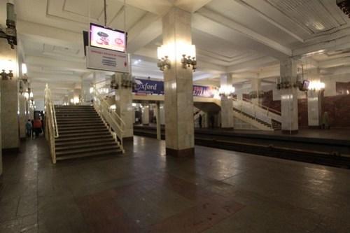 Московская (Moskovskaya) station: a pair of island platforms linked by a footbridge in the middle