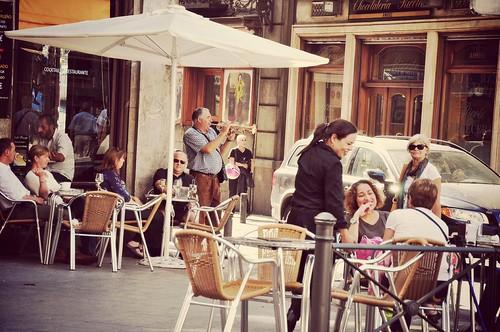 Người thổi kèn ở góc phố Madrid chiều hôm qua