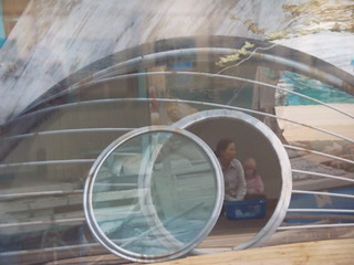 fotografía de una casa flotante con una mujer y una niña