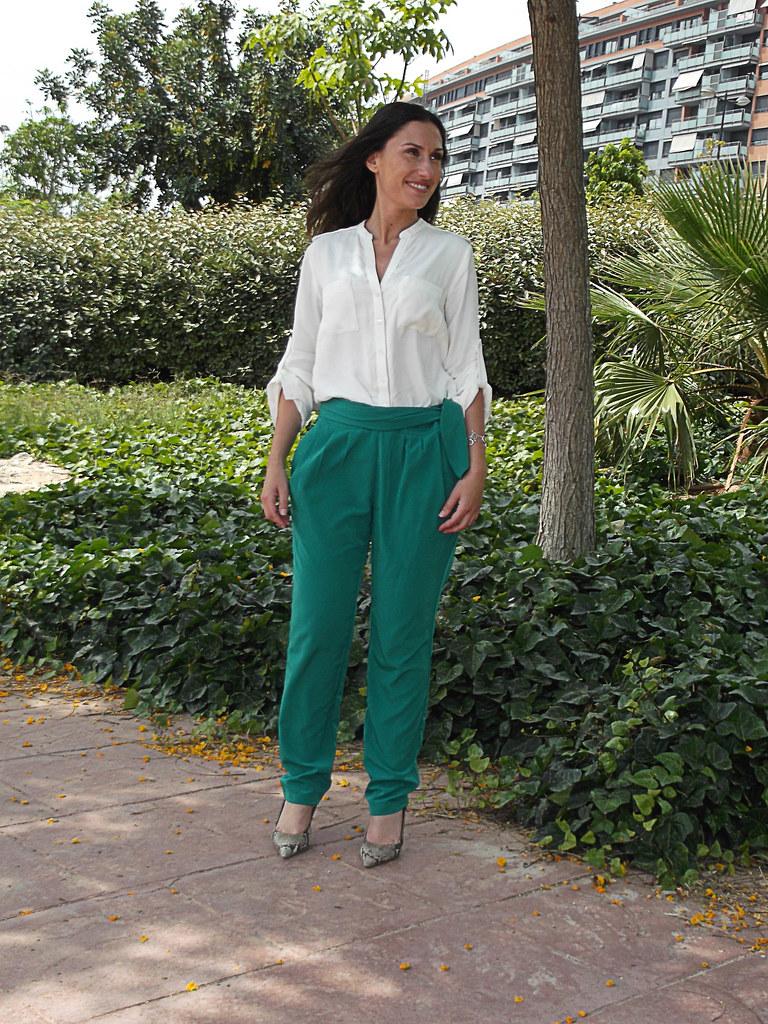 baggy pants, emerald green, cream blouse, python undercut heels, mirror Ray – Ban sunnies, verde esmeralda, blusa crema, salones destalonados pitón, clutch, Ray - Ban de espejo