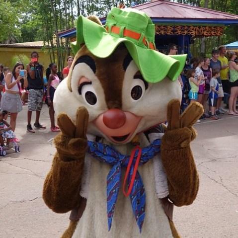 Mickey's Jammin' Jungle Parade。ダブルピースのデールさん。