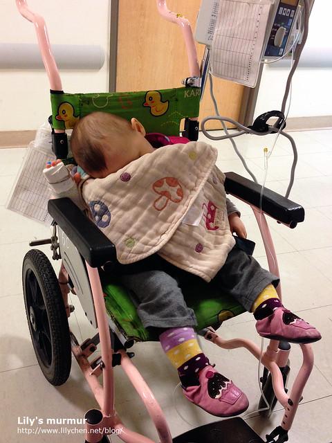 晚上小妮還是因為認床無法好好睡,只好用輪椅推著她在病房走,總算讓她又睡了。