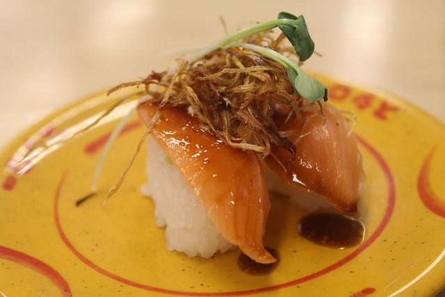 Nigiri de salmón con puerro caramelizado
