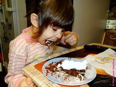 alexia mănâncă tort de bicuiți de casă