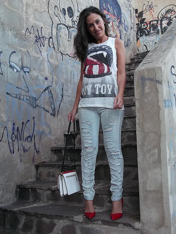 Mocaorà, urban, street styler, vaqueros rotos, destroyer, tshirt, bandera americana, lady, stilettos rojos, bolso tricolor, frayed clearly jeans, American flag, lady touch, red stilettos, tricolour bag
