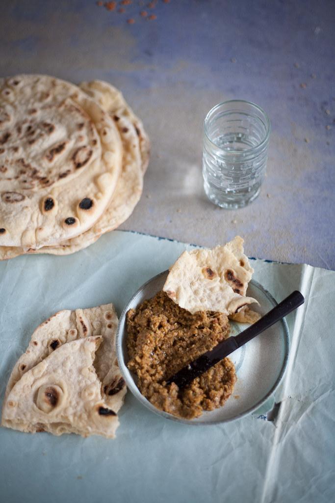 pão naan com chutney de cebola e chilli