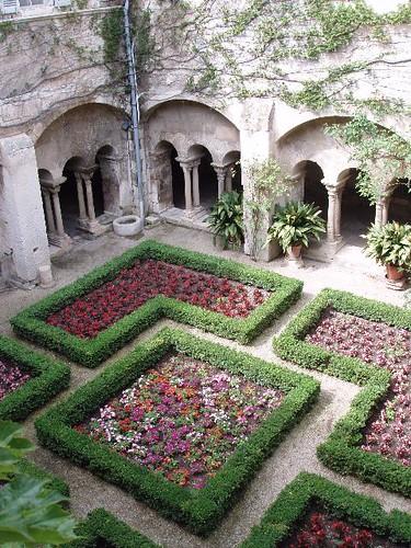 201007090130_mausole-de-St-Paul-cloister_Vga
