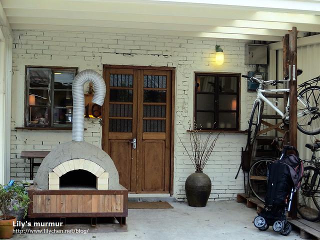穎村時光的門口,不過不是原先的本店,而是在本店對面擴充的店面。