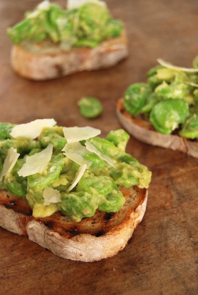Favas com molho de abacate e anchova em crostinis / Fava beans with avocado and anchovies sauce crostinis