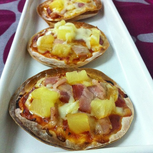 Bacon mini Hawaiian pizza by Sara. Recipe is on jewelpie.com