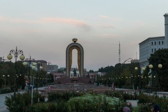 Het Somoni monument vanaf de achterkant.