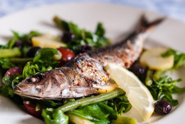 gegrilde sardines op salade