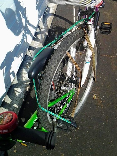Towing a bike with bungee cords: front-view