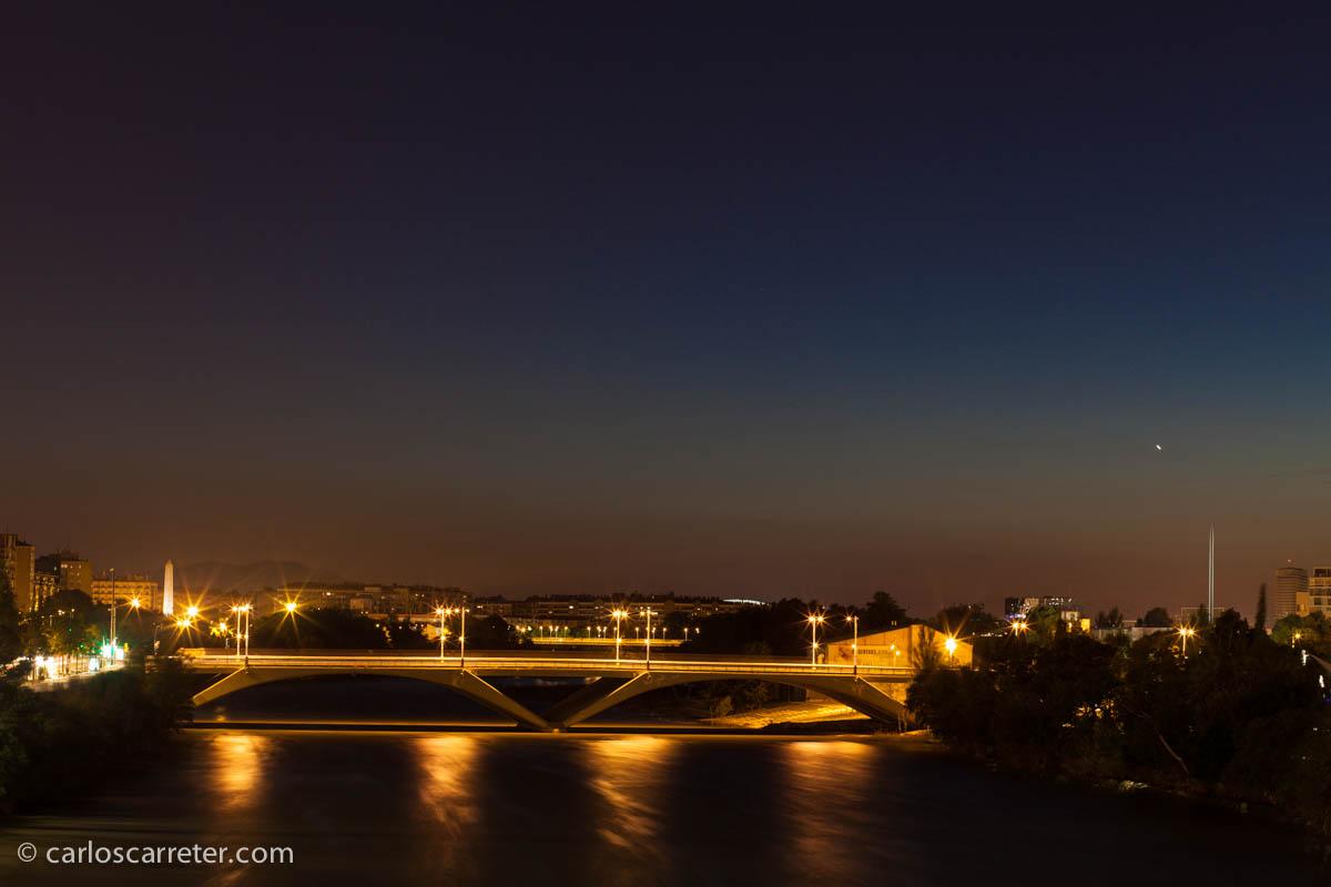 Noche casi cerrada desde el puente de Piedra