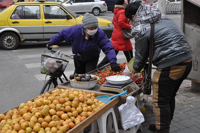 Selling famous Dandong strawberries
