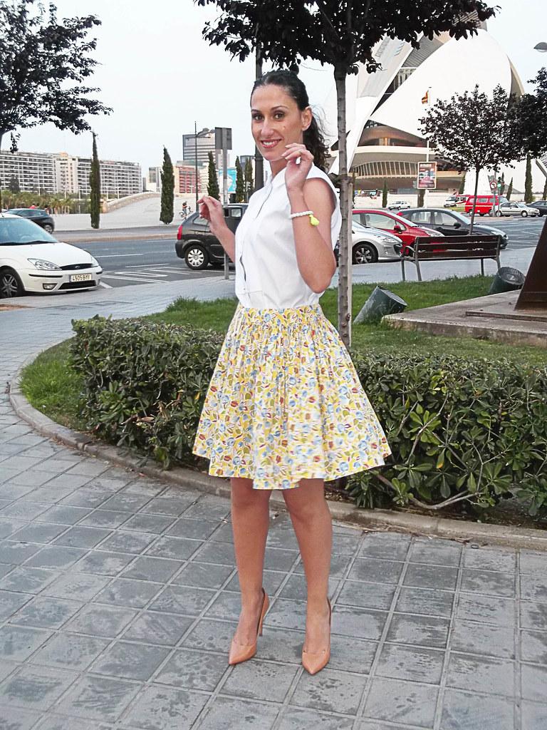 Lady, feminine, skirt, floral pattern, yellow, white sleeveless shirt, bib, makeup heels, Klein blue bag, falda, estampado floreado, amarillo, camisa sin mangas blanca, pechera, salones, maquillaje, bolso azul Klein, furla
