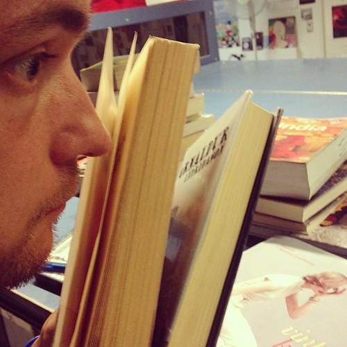 Palautetuissa kirjoissa viipyilee toisinaan asiakkaan tuoksu. Tämä oli hyvin mielenkiintoinen